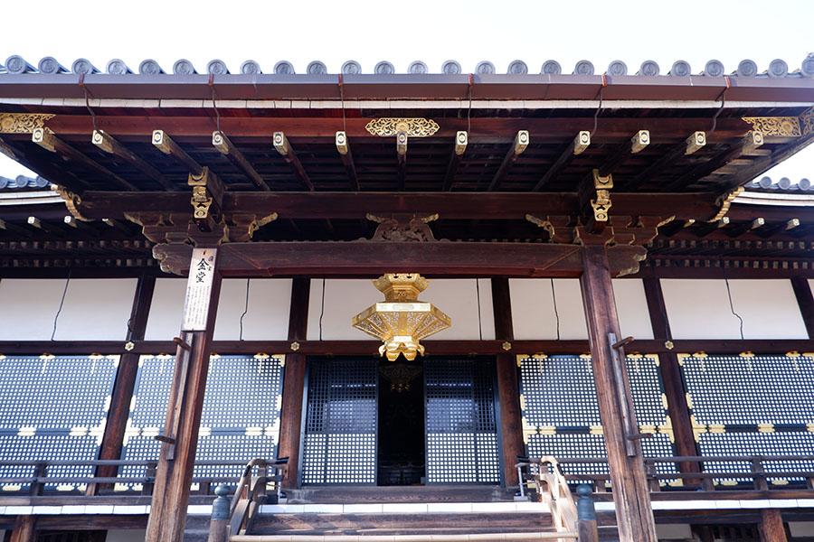 国宝の金堂。内裏紫宸殿を、寛永年間に移築した建物。本尊、阿弥陀三尊が安置される