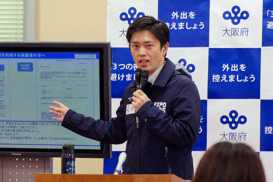会見をおこなった吉村洋文知事(4月15日・大阪府庁)
