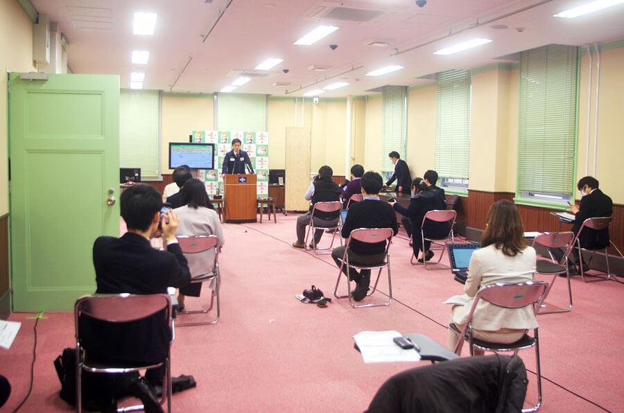 この日の会見は新型コロナウイルスの感染拡大防止のため記者席の間が極端に離された(4月1日・大阪府庁)