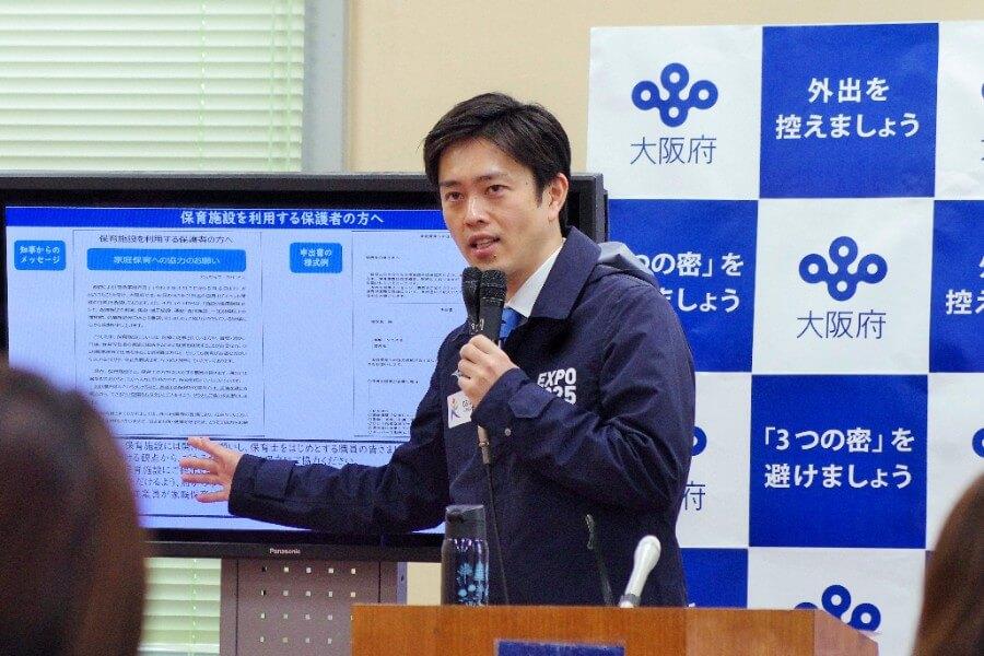 会見を開いた吉村知事(4月15日・大阪府庁)