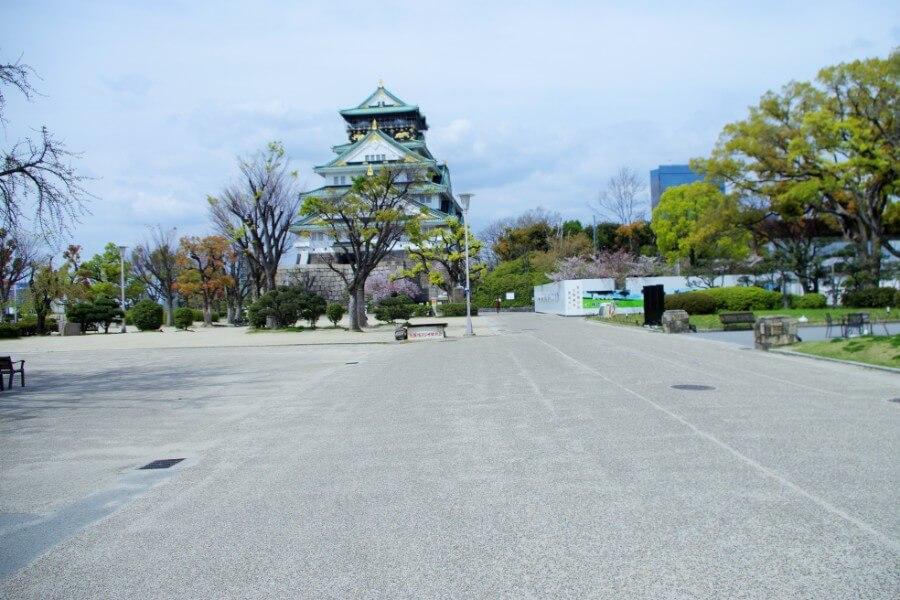 閑散とした大阪城。見かけるのは近隣の人らしきひとが健康維持のため散歩をしているくらい(4月11日・大阪城公園)