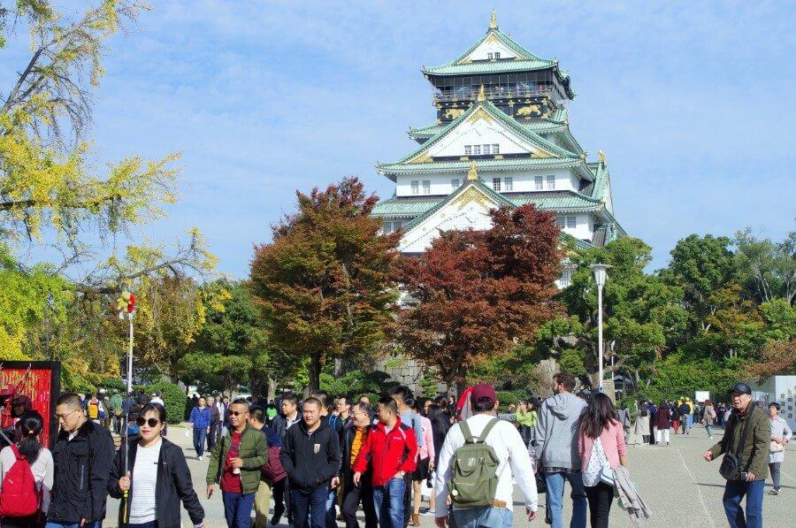 コロナ感染症の発生以前、多くの観光客でごった返す「大阪城天守閣」前の広場。入り口には連日、観光客で行列ができていた(2019年11月7日午前10時頃)