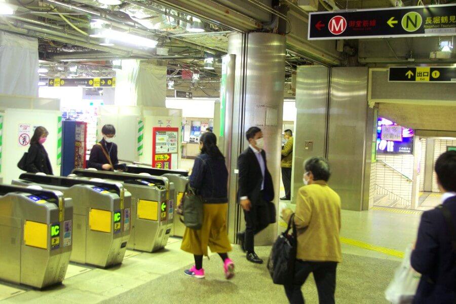 まだ多くの人が利用している大阪メトロの改札口の様子(4月10日・御堂筋線心斎橋駅)