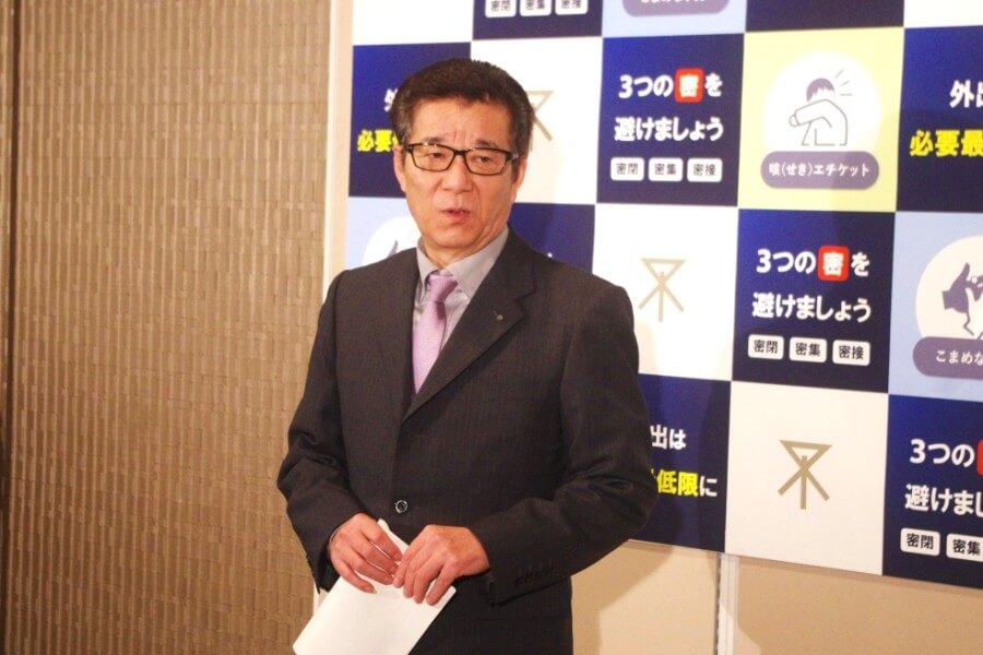 大阪メトロが御堂筋線など主要7路線で今週末の日中の運行本数を2割減らすことを発表した大阪市の松井一郎市長(4月10日・大阪市役所)