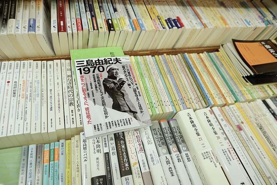 ところどころ、唐突に平置きされている本がある。おすすめなのかと思ったら「入りきらない本です。おすすめと思って買って行く人いるけど」とのこと。吉本隆明の上に、入りきらず寝そべる三島由紀夫