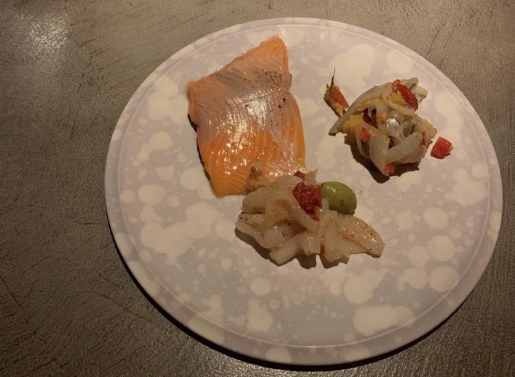 鳥取・境港産サーモンのミキュイ(800円・税込)など。サーモンは低温調理され、そのままでも美味(エクレエニシ)