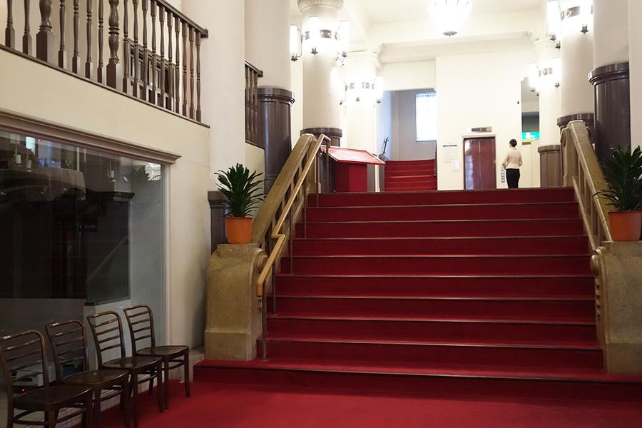 昔から変わらない、赤い絨毯の階段は、記念撮影の人気スポットに