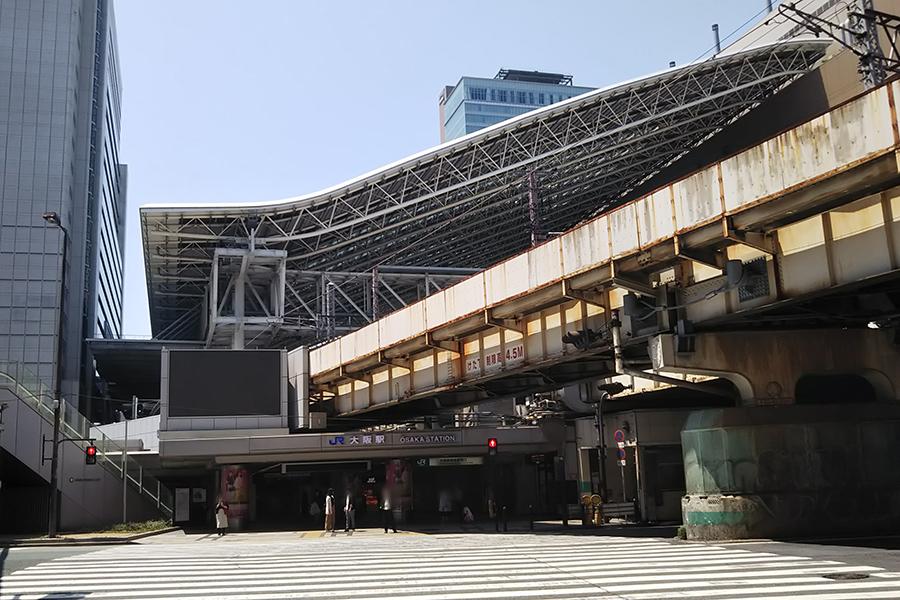通常であれば大勢の人々が信号待ちしているJR大阪駅周辺