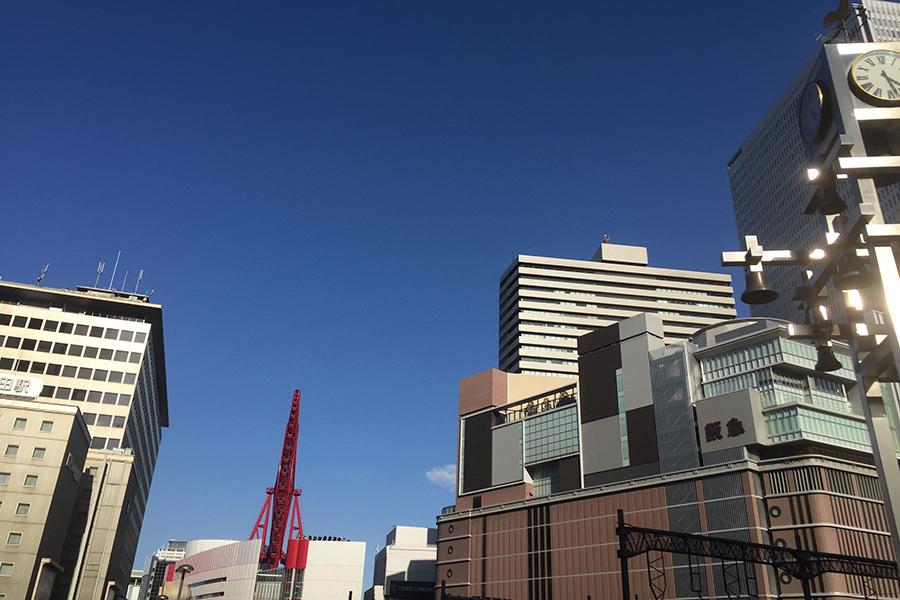 ほとんどの施設が休業する大阪・梅田。百貨店の阪急うめだ本店(右)は平日の食料品売場のみ営業