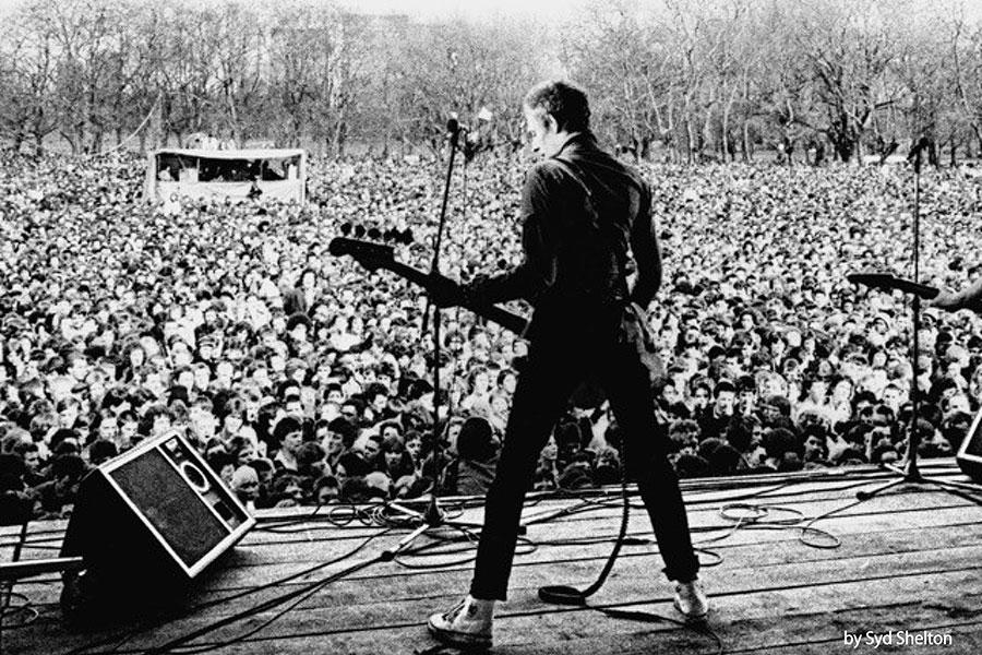 約10万人の観客を前に『WHITE RIOT(白い暴動)』を演奏するThe Clashの姿が写し出されたメインビジュアル photograph by Syd Shelton