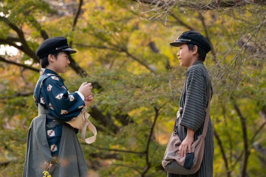 笑い合う裕一(石田星空)と鉄男(込江大牙)(C)NHK