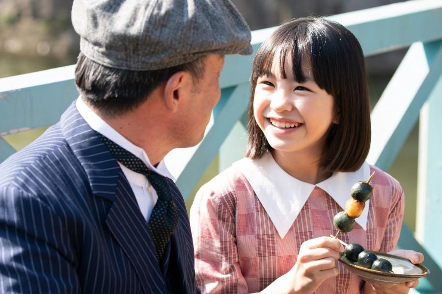 団子を食べる音(清水香帆)と父・安隆(光石研)(C)NHK
