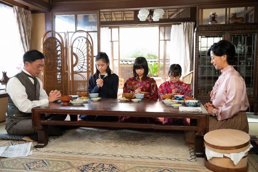 食卓を囲む父・関内安隆(光石 研)、姉・吟(本間叶愛)、音(清水香帆)、妹・梅(新津ちせ)、母・光子(薬師丸ひろ子) (C)NHK