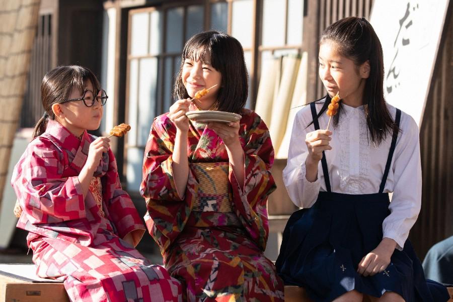 第7回より、仲良く団子を食べる三姉妹。左から妹・梅(新津ちせ)、音(清水香帆)、姉・吟(本間叶愛) (C)NHK