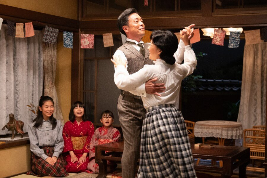 第8回より、誕生会でダンスを踊る安隆(光石研)と光子(薬師丸ひろ子)(C)NHK