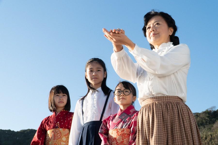 海を見つめる光子(薬師丸ひろ子)、梅(新津ちせ)、吟(本間叶愛)、音(清水香帆)(C)NHK