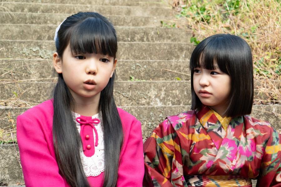 浮かない顔をする良子(田中理念)と音(清水香帆)(C)NHK