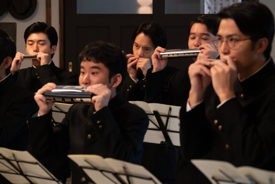 第11回より、ハーモニカ倶楽部で演奏する裕一(窪田正孝)たち。裕一の前でバス・パートを演奏するのが楠田(大津尋葵)(C)NHK