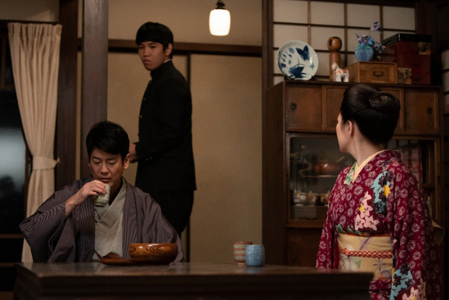 裕一に反発心を抱く弟の浩二(佐久本田宝)と、父・三郎(唐沢寿明)、母・まさ(菊池桃子)(C)NHK