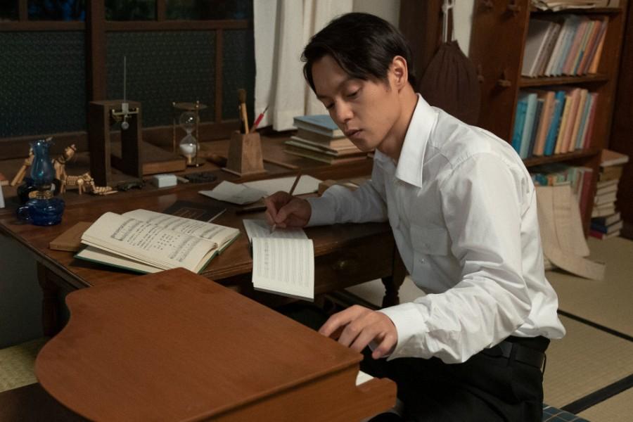 独学で音楽を学んでいる裕一(窪田正孝)(C)NHK