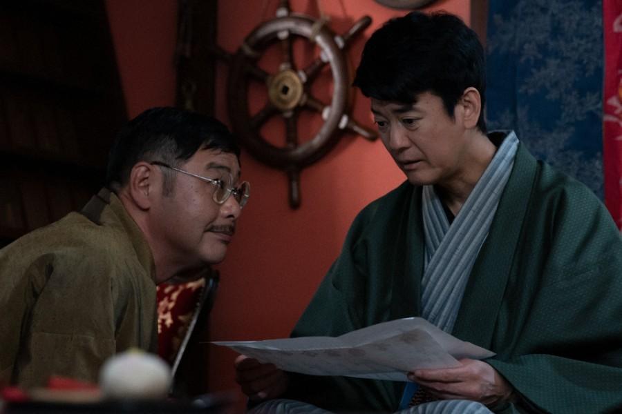 第11回より、もうけ話をもちかける吉野(田口浩正)と三郎(唐沢寿明)(C)NHK
