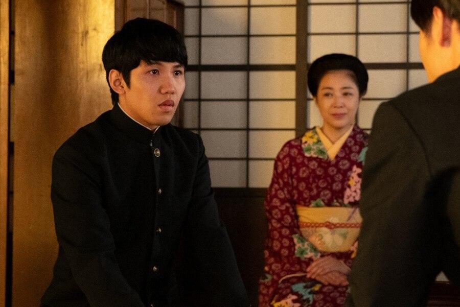 第12回より、見つめ合う裕一(窪田正孝)と弟の浩二(佐久本宝)(C)NHK