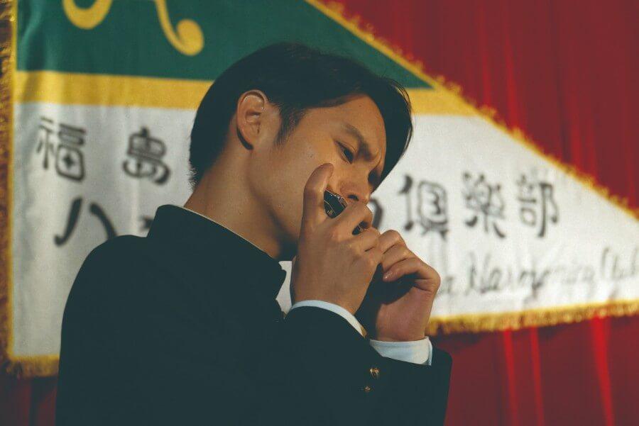 第13回より、ハーモニカを演奏する裕一(窪田正孝)(C)NHK