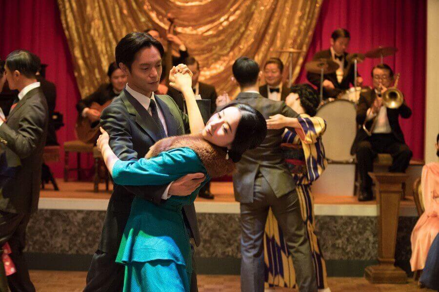 第14回より、ダンスホールで志津(堀田真由)と踊る裕一(窪田正孝)(C)NHK
