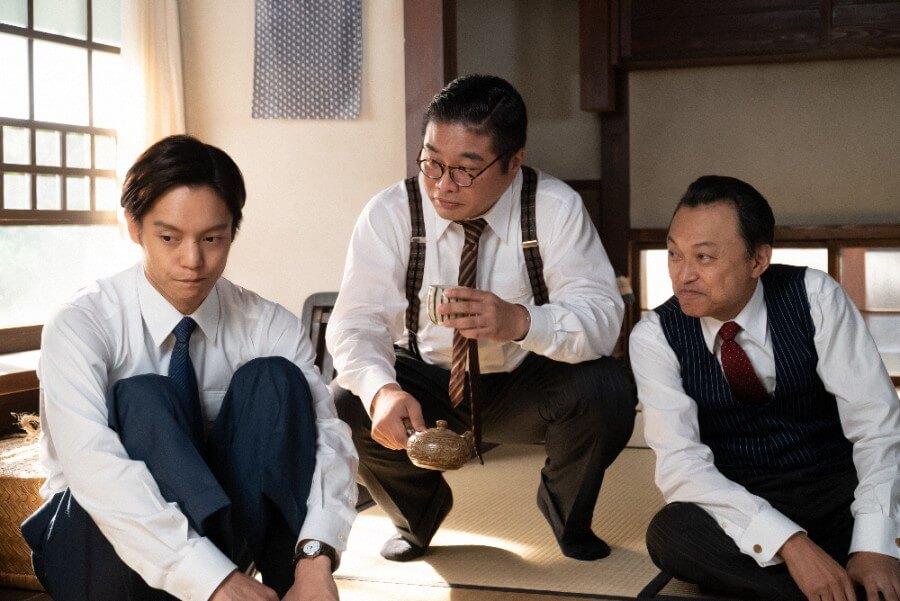 裕一(窪田正孝)のために作戦を練る鈴木(松尾諭)と落合(相島一之)(C)NHK