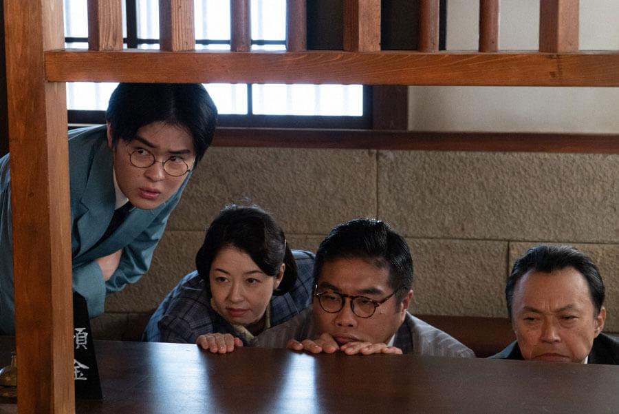 険しい顔で見つめる銀行の職員たち(写真左から望月歩、堀内敬子、松尾諭、相島一之)(C)NHK