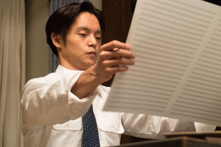 第16回より、五線譜を見つめる裕一(窪田正孝)(C)NHK