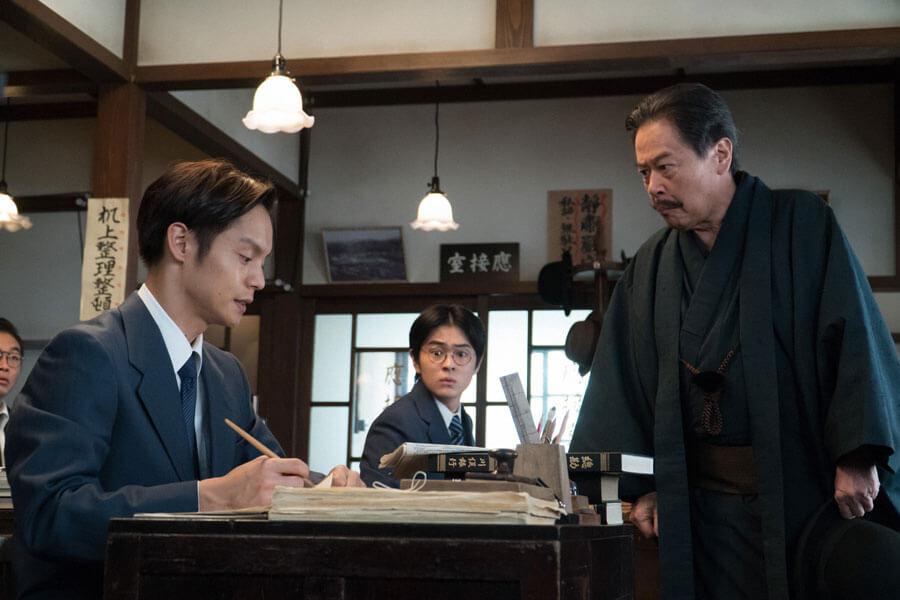 銀行にどなりこむ伯父の茂兵衛(風間杜夫)と裕一(窪田正孝)(C)NHK