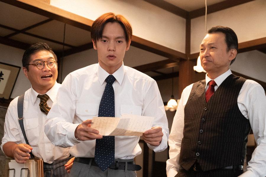 手紙を手に呆然とする裕一(窪田正孝)(C)NHK