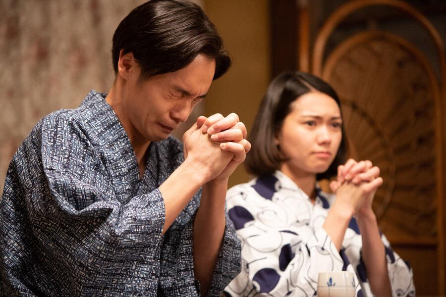 祈る裕一(窪田正孝)と音(二階堂ふみ)(C)NHK
