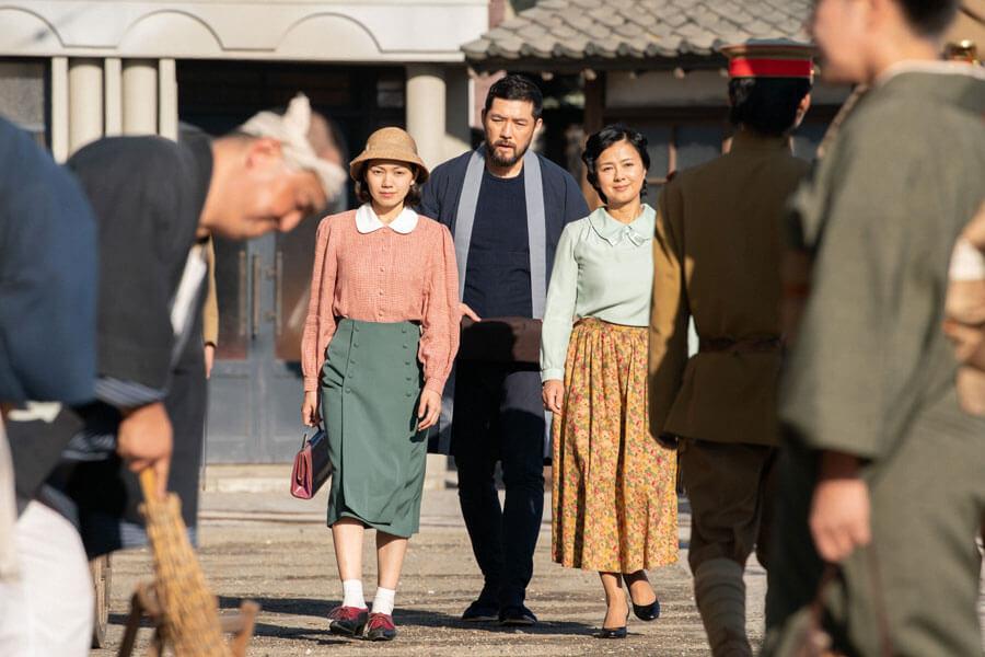 左から、関内音(二階堂ふみ)、岩城新平(吉原光夫)、母・光子(薬師丸ひろ子)(C)NHK