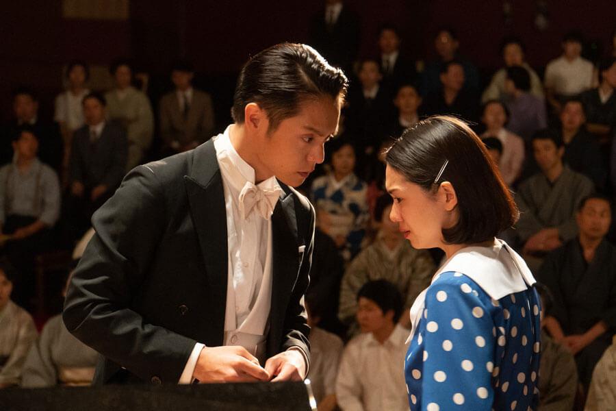 第25回より、壇上で音(二階堂ふみ)を励ます裕一(窪田正孝)(C)NHK