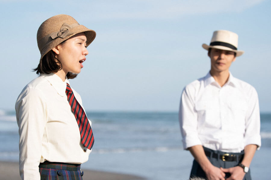 海に出かけた音(二階堂ふみ)と裕一(窪田正孝)(C)NHK
