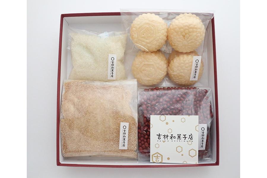 「手作りあんこキット」の内容は、小豆、てんさい糖、もなか種、道明寺。レシピ付き、化粧箱代を含み1350円