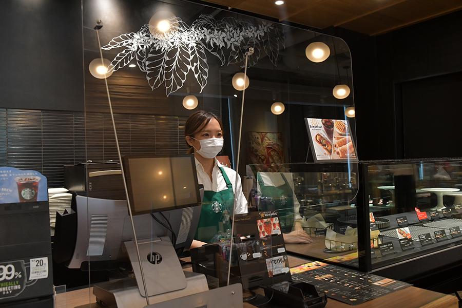 飛沫防止ガードが設置された店内の一例