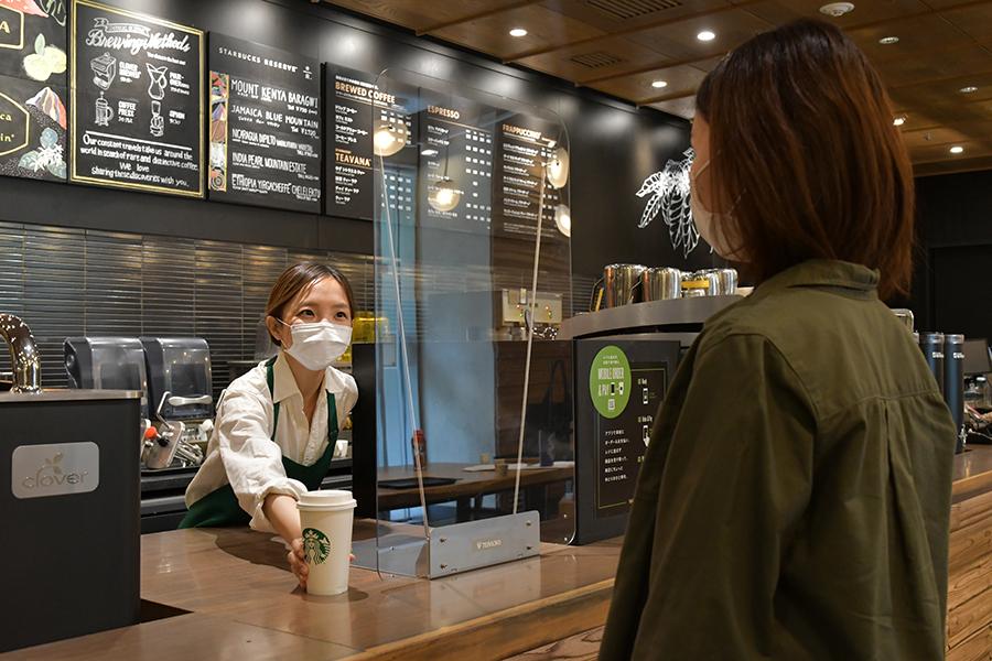 来店にはマスクの着用をお願いし、店内飲食の場合もマグカップは使用しない