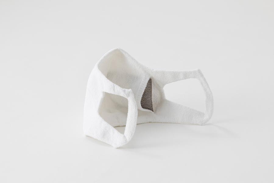 「ホールガーメントマスク+AGシート」には、付属の銀ブロックシートを挿入することで抗菌防臭の効果を狙う