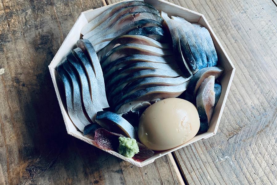 「頬張り寿し 魚」2200円。鯖を酢で締めたきずしを敷き詰め、シャリには抹茶の錦糸玉子や野菜を混ぜ込まれている