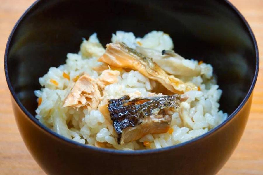 「琵琶ますの炊き込みご飯」2300円は、炊飯器にといだ同梱の米と特製出汁を注ぎ入れ、琵琶ますをのせて炊くだけ