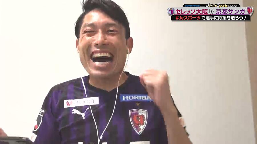 試合のキーとなったピーター・ウタカにボールがわたるたびに「ウタカ!」と絶叫するサンガ・森脇(写真提供:MBS)