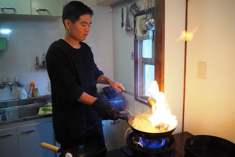 自宅で調理するそーのすけさん