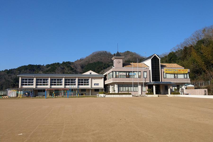 廃校が宿に、丹波篠山で小学校気分を