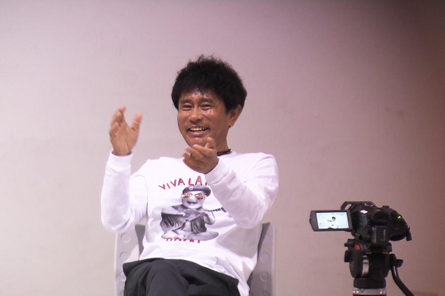 ゲームで遊ぶ後輩を見て、浜田は大爆笑(写真提供:MBS)