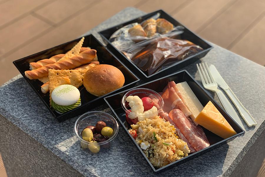 「インターコンチネンタルホテル大阪」のテイクアウトメニューAは4000円。牛肉のブレゼ、赤ワインソース、ハーブローストポテトをメインにチーズ、サラダ、スイーツなどが付く