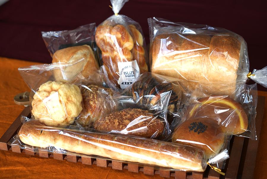 「たっぷり10種類」、ハード山食1/2本、デンマークツイスト、トレロン1/2本、しおばた、牛すじ煮込みカレー、チョコドーム、超特選クリームパン、さとうきびのメロンパン、チーズクロワッサン