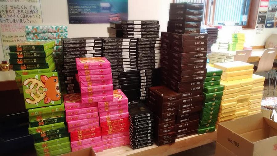 業者やメーカーに返品された奈良土産のお菓子が山積みに(写真提供:西の京みやげ処きとら)